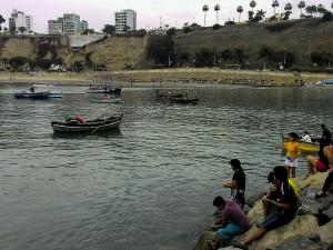 Barchette e pescatori nel molo di Chorrillos, nella parte sud di Lima