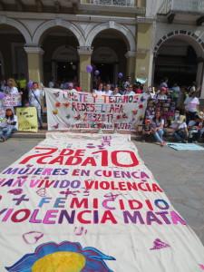 la Fundaciòn Maria Amor partecipa attivamente alla marcia del 25 novembre, manifesti fabbricati dalle donne accolte nella Casa