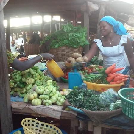 La vita continua normalmente l'indomani al mercato.