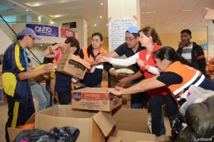 Volontari intenti nella preparazione degli aiuti umanitari al vecchio aereoporto