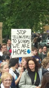 "Manifestanti a Londra, ""Stop telling people to go home, WE ARE HOME!"""