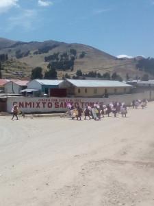 Colegio Mixto sullo sfondo, passaggio di una manifestazione contro la violenza sulle donne