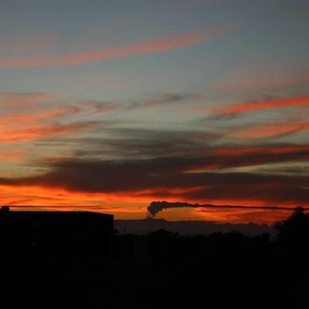 In lontananza: un non ben identificato vulcano sputa fumo.