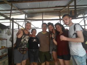 A  CASA DI TELMITH .. da sinistra ci siamo Io, Telmith e suo marito Watson, poi Claudia e Manuela in visita dalle ande ed infine Andrea, con cui sono a Yurimaguas.