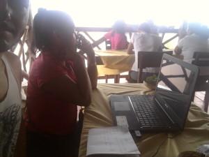 Telmith alle prese col Pc, mentre risponde ad un'amica e le spiega che ha da fare, che sta imparando a usare internet