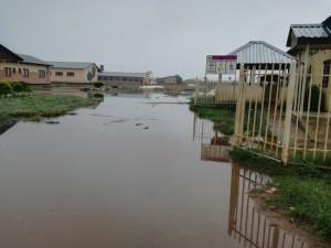 Il centro Shalom durante la stagione delle piogge. Basta poca pioggia perché si formino grandi pozze d'acqua, canale principale per la trasmissione del colera.