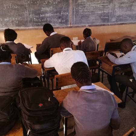 Studenti del grade 10 della Scuola Shalom nel compound di Kanyama, Lusaka.