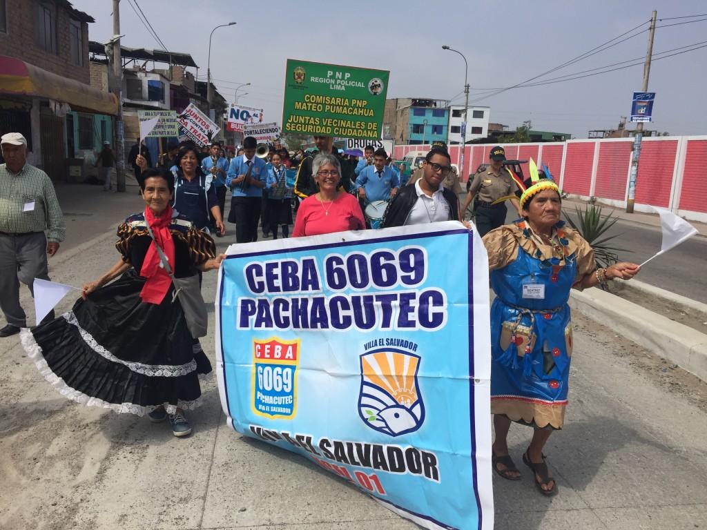 """Foto fatta durante una marcia in Villa el Salvador. Poiché eravamo seguiti da una banda musicale di ragazzi, i """"vecchietti"""" hanno camminato tutto il tempo a passo di danze popolari. Guardando loro ballare con tanta energia mi ha fatto veramente sentire fuori forma"""