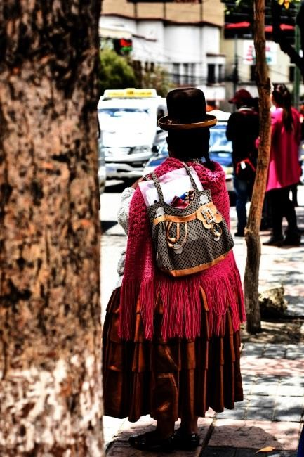 Una cholita con il suo tradizionale abbigliamento nel centro de La Paz