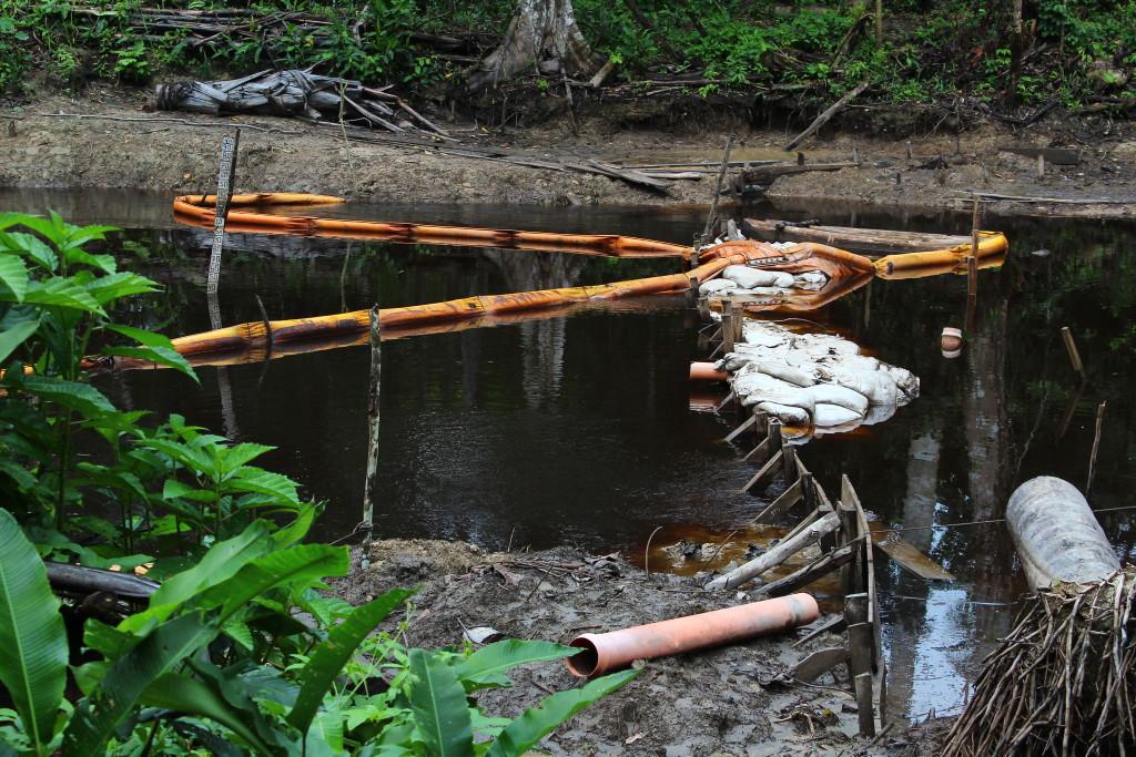 Barriera di contenimento installata nel km 20 dall'impresa Lamor al fine di confinare lo sversamento di petrolio nel canale dell'ONP. Foto di Rebecca Pagani
