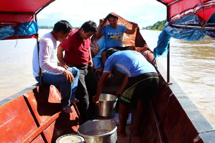 Gli uomini cucinano nel barco, mentre ci dirigiamo verso San Cristobal.
