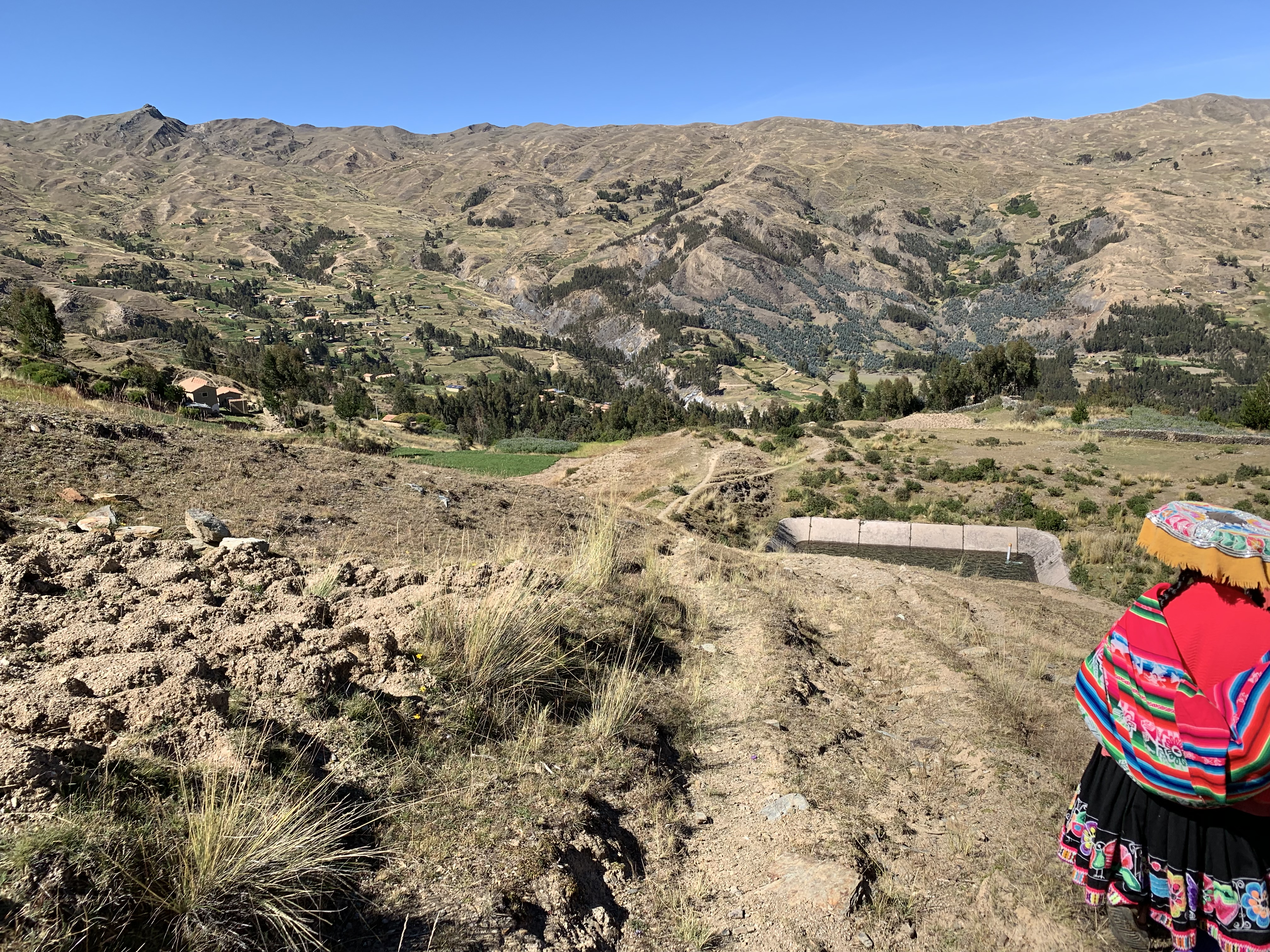 Campesina mentre scende lungo una collina, comunità di Callatiac