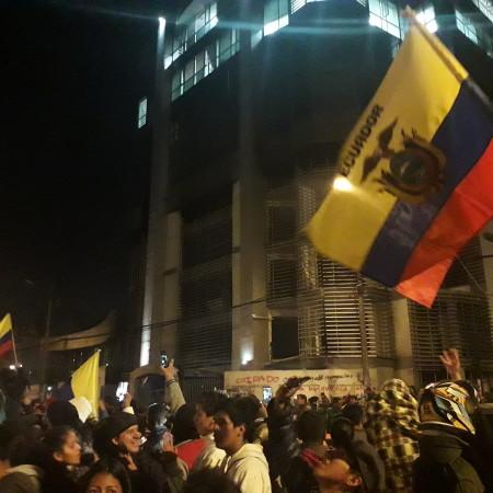 Popolo ecuadoriano festeggia il ritiro del decreto 883